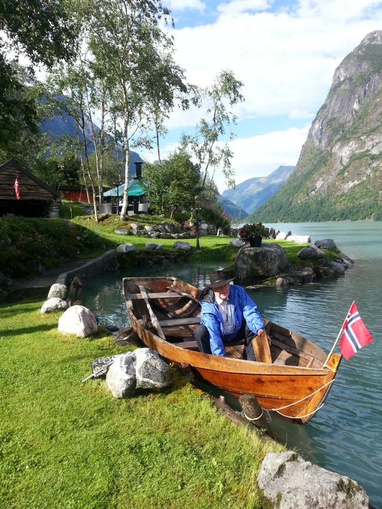 Svein Yri gjer båten klar , til gjestene kjem.